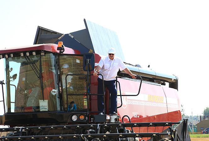 Президент Республики Беларусь Лукашенко А.Г. на зерноуборочном комбайне КЗС-1624-1
